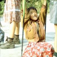 Děvčátko se houpe na našich trekových hůlkách