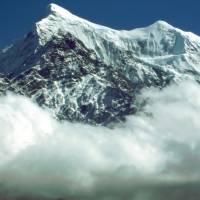 Nilgiri North (7061 m) nad mraky