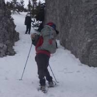 Výstup ze sedla na hlavní hřeben: cesta je schovaná pod sněhem a poprvé nás zachraňuje satelitní navigace.