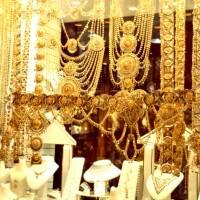 Dubaj: zlatnictví, cena šperku v popředí 800 000 dirhamů (8 mil Kč)