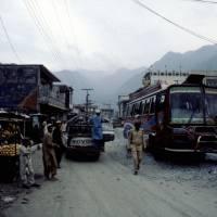 Na Karákóramské dálnici, přestávka v městečku na jídlo