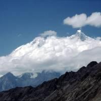 Vrchol Ultar (7388 m) nad mraky
