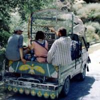 Na Karákóramské dálnici, na dodávce vozící drůbež