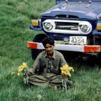Pláně Deosai Plains, Pákistánec u auta