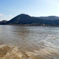 Visegrád s horním hradem z Dunaje