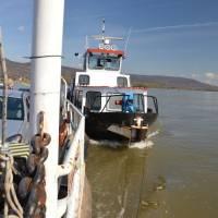 Trajekt Nagymaros-Visegrád, loď tlačí trajekt překvapivě zboku