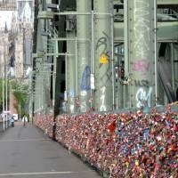 Zámečky lásky zaplnili železniční most v Kolíně n. R.