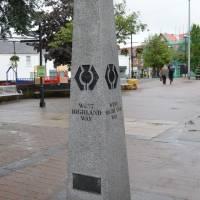 West Highland Way, začátek cesty na předměstí Glasgow (městečko Milngavie); znak pro dálkové skotské cesty