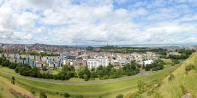 Edinburgh, panoráma města z nádherného parku Holyrood.