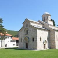 Pravoslavý klášter Veliki Dečani u Dečani v Kosovu; historicky hodnotný kostel uprostřed