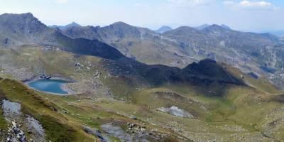 Kosovské Prokletije: vlevo Veliko jezero, vzadu hraniční hřeben s Albánií a Černou Horou