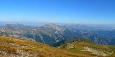 Na hoře Maja e Rops (2501 m), pohled k severu, cca uprostřed hora Bogdaš