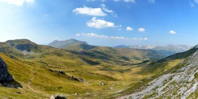 Nad prameništi řeky Dečanské Bistrice; vzadu Ljumbardska planina