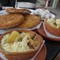 Bogë, turistické letovisko kosovského Prokletije, kosovská specialita  speca me mazë (zapečené papriky)