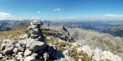 Na vrcholu hory Zla Kolata (2534 m), na nejvyšším bodu Černé hory; panoráma 360 stupňů. (Uveřejněno i na Wikimedia pod licencí CC BY-SA 4.0)
