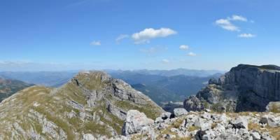 Na vrcholu hory Zla Kolata (2534 m), vzadu kosovské Prokletije