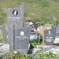 Vusanje: rodinný hřbitov v rohu pozemku