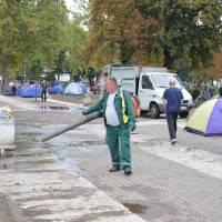 Bělehrad: ranní úklid uprchlického tábora