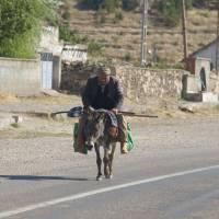 Kapadocie, vesnice Ihlara, pán na mezku či oslu