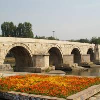 Skopje, kamenný most přes Vardar