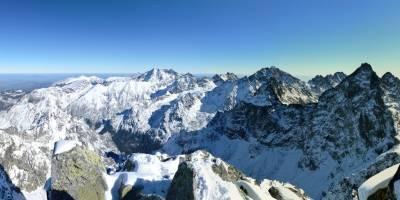 Na vrcholu Rysů, na vyšším tzv. Slovenském vrcholu, pohled k východu (Lomnický štít, Gerlachovský štít)