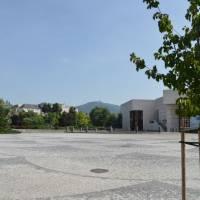 Nitra, hlavní náměstí, vzadu vysílač na Zobori