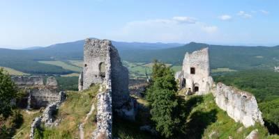 Gymeš, na nejvyšším místě hradu, vlevo vzadu Veľký Tribeč