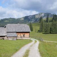 Samota Bodneralm v obrovském krasovém závrtu