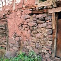Topli do - detail výstavby: sláma, dřevo nebo zde konkrétně kámen omazané hlínou