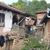 Ves Rosomač, celkem plna obydlených domů, přesto bez obchodu, hospody...