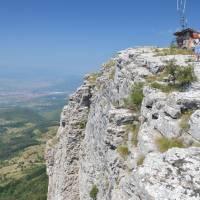 Basarski kamen, nejvyšší bod (1377 m) planiny Vidlič, dole město Pirot