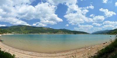 Zavojsko jezero, nádherná přehrada, teploučka voda a skoro nikde nikdo (není tu obchod, hospoda...)