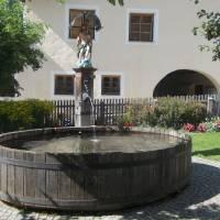 Dřevěný sud s fontánou pitné vody (všude v Rakousku i Itálii tekla pitná voda)