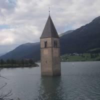 Přehrada Reschen See se zatopeným kostelem (Itálie)