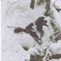 Po hřebenu se jít nedá, klesáme dolů - Jirka a Hadař padají na hladkých sněžnicích