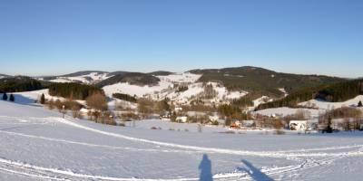 Žďárské vrchy, Nový Jimramov. Vpravo vzadu vrch a skáky Prosička, zcela vlevo Buchtův kopec