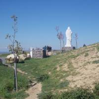 Socha Áldó Jézus nad obcí Tarcal