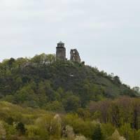 Slanský hrad, zřícenina nad obcí Slanec. Za posledních 5 let dostavěli a zastřešili hlavní věž.