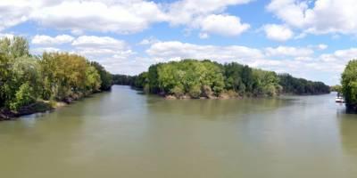 Soutok řeky Tisy (zprava) a Bodrogu ve městečku Tokaj.