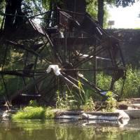 Vodní kolo na spodní vodu na rakouském břehu řeky, čerpá vodu možná na závlahu